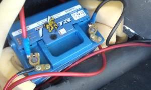 Установка аккумулятора в багажник